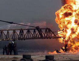 Pożary szybów naftowych są niezwykle groźne. Na zdj. strażacy gaszą płonący szyb w Iraku (ilustracja poglądowa).