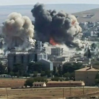 Bitwa o Kobane, Podwójna eksplozja w południowo-zachodniej części miasta w październiku 2014 roku (fot. Karl-Ludwig Poggemann, lic. CC BY 2.0).