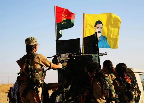 Jezydki walczące dla YPG. Na żółtej fladze Abdullah Öcalan (fot. Kurdishstruggle, lic. CC BY 2.0)