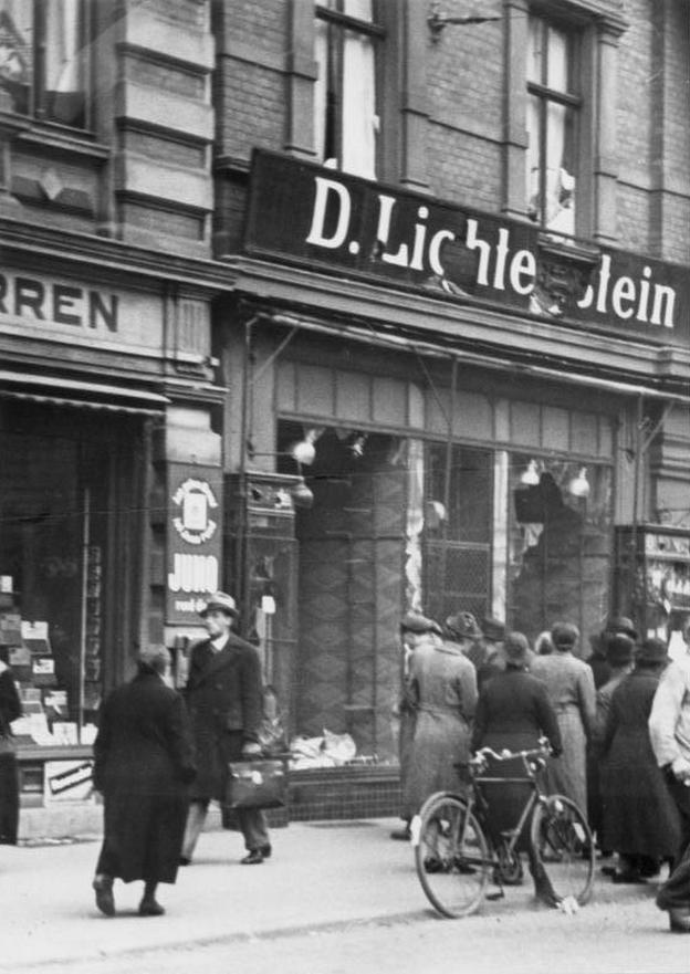 Pod koniec lat 30. Mikiciński pomagał niemieckim i austriackim Żydom w emigracji. Na zdjęciu zniszczony podczas nocy kryształowej żydowski sklep w Magdeburgu.