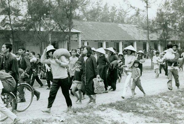 Bitwa o Hue była jednym z najważniejszych starć ofensywy Tet. Na zdjęciu uchodźcy z miasta.