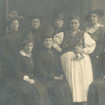 Kobiety, które zasiadły w ławach Sejmu Ustawodawczego II RP miały do wykonania tytaniczną pracę. Mało kto traktował je poważnie, mimo że Polki zaczęły upominać się o swoje prawa jeszcze przed odzyskaniem niepodległości (na zdj. delegacja Ligi Kobiet Polskich w sprawie równouprawnienia w 1917 roku).