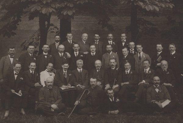 Klub PPS w Sejmie Konstytucyjnym. Wśród mężczyzn jest tylko jedna kobieta – Zofia Moraczewska.