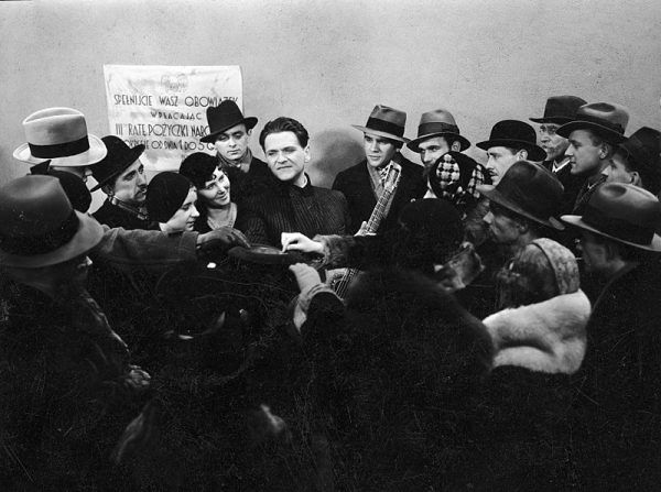 """Powszechnie rozpoznawalny i otoczony wianuszkiem fanów – jak to możliwe, że Eugeniusz Bodo nagle przepadł bez wieści? (na zdj. w filmie """"Pieśniarz Warszawy"""")."""