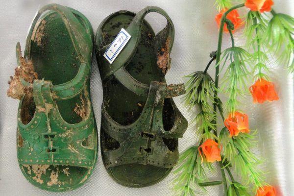 Buciki znalezione w trakcie ekshumacji grobów ofiar irackiego ludobójstwa na Kurdach (fot. Adam Jones, Ph.D., lic. CCA SA 3.0 U)