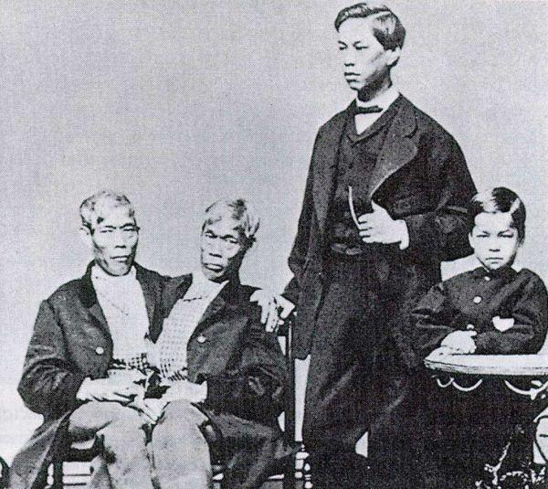 """A może """"gorszące"""" związki wcale nie były takie skandaliczne? Na zdjęciu Chang i Eng z synami."""