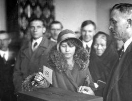 Kobieta korzystająca ze swoich praw wyborczych. Na zdjęciu wybory do Sejmu w 1930 roku (fot. domena publiczna)