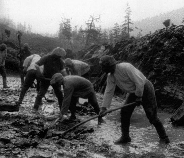 Więźniowie często musieli pracować na świeżym powietrzu, nawet przy niskich temperaturach.