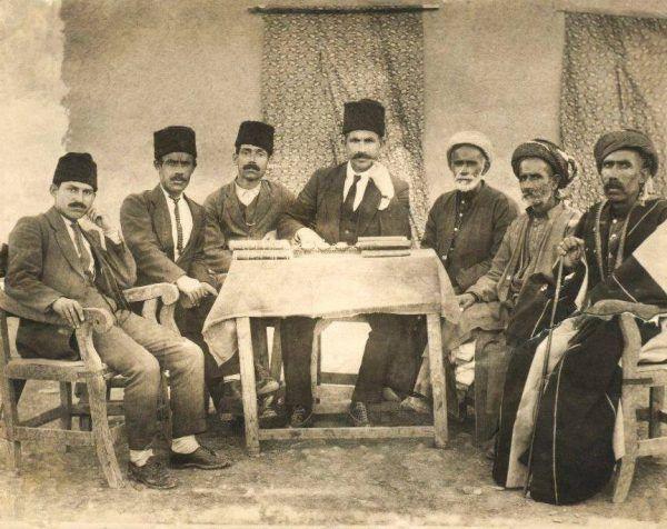 Kurdyjscy nauczyciele ze szkoły w Sulaymaniyah, w irackim Kurdystanie w 1924 roku (fot. domena publiczna)