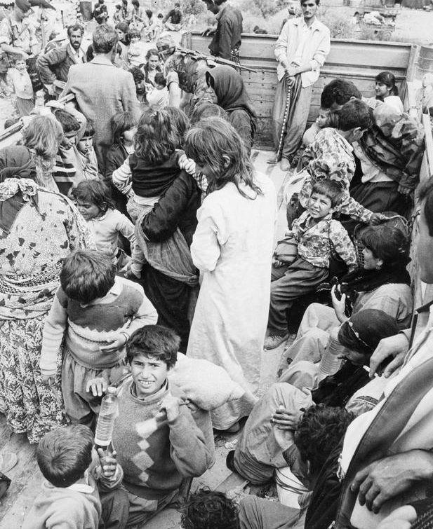 Kurdyjscy uchodźcy na iracko-tureckiej granicy w 1991 roku (fot. domena publiczna)