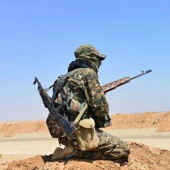 Kurdyjski bojownik YPG (fot. Kurdishstruggle, lic. CC BY 2.0)