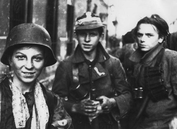 Kalkstein wziął udział w Powstaniu Warszawskim po stronie okupanta (na zdj. polscy chłopcy walczący podczas Powstania z Niemcami).