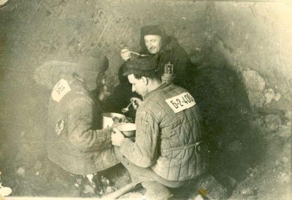 Racje żywnościowe robotiagów zależały od wyrobionej normy. Na zdjęciu polityczni więźniowie Gułagu.