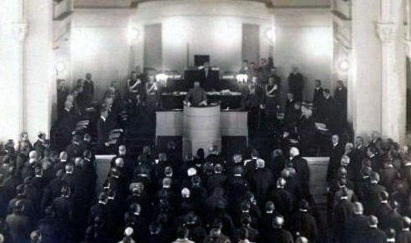 Józef Piłsudski otwiera pierwsze posiedzenie Sejmu Ustawodawczego w lutym 1919 roku. Wśród ponad 400 mężczyzn znalazło się wówczas pięć kobiet, później dołączyły jeszcze trzy.