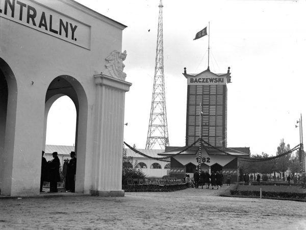 Wieża pawilonu fabryki wódki, likieru i rumu J.A. Baczewski we Lwowie w 1930 roku (fot. domena publiczna)