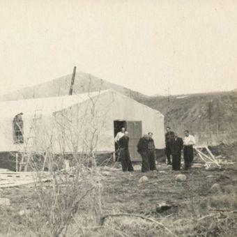 """Więźniowie, trafiający na """"Przeklętą Wyspę"""", w zimie walczyli z zabójczym mrozem. Zdjęcie poglądowe (1957 rok)."""