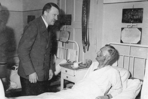 Hitler w celach propagandowych odwiedzał chorych. Jego samego od wizyty w szpitalu chronił tylko potężny arsenał leków, które zażywał każdego dnia.