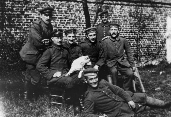 Hitler z kolegami z oddziału po zaciągnięciu się do pruskiej armii w 1914 roku.