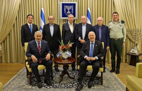 Po stronie izraelskiej nad przebiegiem akcji czuwali oficerowie Mosadu. Na zdjęciu szefowie agencji.