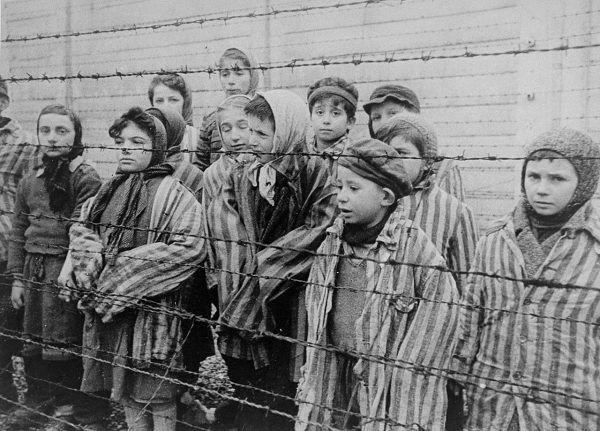 Doktora Mengelego interesowały szczególnie bliźnięta, które poddawał swoim nieludzkim eksperymentom. Na zdjęciu dzieci z Auschwitz wyzwolone przez Armię Czerwoną.