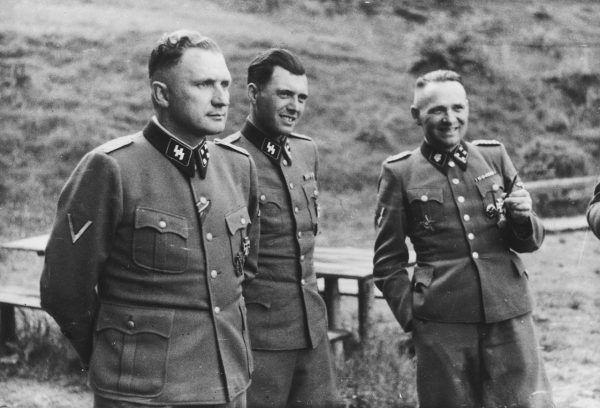 Josef Mengele miał również obsesję na punkcie poznania sposobu na zmianę koloru oczu. Na zdjęciu Anioł Śmierci stoi w środku.