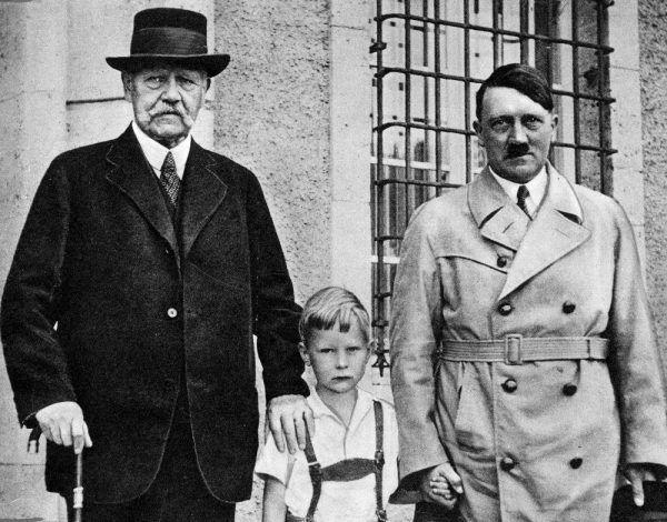 Adolf Hitler z dzieckiem i Paulem Hindenburgiem. Na twarzy dyktatora odbija się depresja, z którą się zmagał.