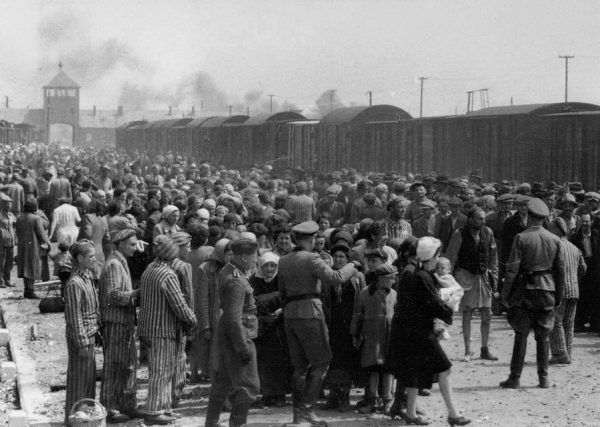 """Na rampie w Auschwitz Mengele realizował swoją zbrodniczą koncepcję """"udoskonalania"""" rasy."""