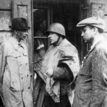 Jan Mazurkiewicz (pośrodku) z generałem Tadeuszem Borem-Komorowskim i kapitanem Ryszardem Krzywickim.