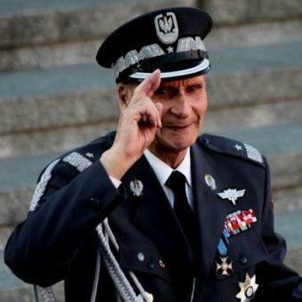 Generał brygady Zbigniew Ścibor-Rylski podczas mszy przy pomniku Powstania Warszawskiego.