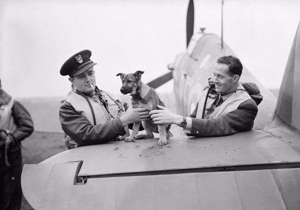 Jan Zumbach (z papierosem) na zdjęciu z października 1940 roku.