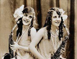 Siostry Daisy i Violet Hilton przez wiele lat występowały na estradzie. Zagrały też w dwóch filmach.