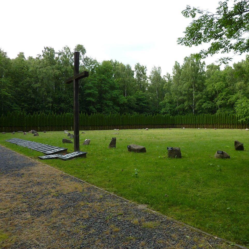 Symboliczny cmentarz na terenie obozu pracy w Łambinowicach.