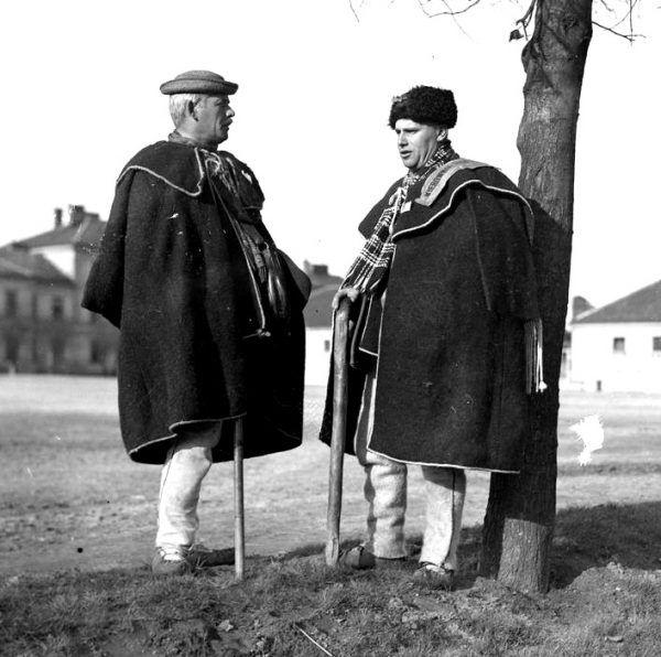 Łemkowie w tradycyjnych strojach (fot. domena publiczna)