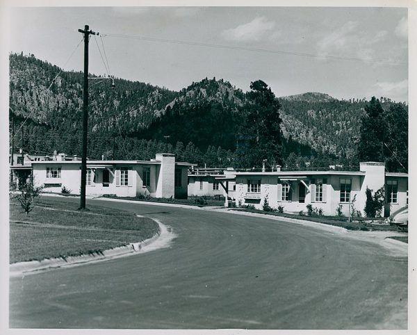Los Alamos pozornie wyglądało na kolejne zwyczajne, amerykańskie miasteczko. Jednak powstało w jednym celu – stworzenia broni, która miała zmienić losy świata.