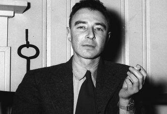 Robert Oppenheimer przeszedł do historii jako ojciec bomby atomowej.
