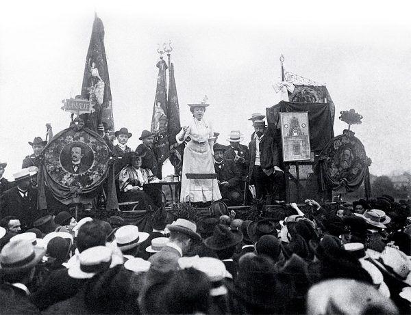 Przemówienia Róży Luksemburg robiły na słuchaczach ogromne wrażenie. Zdjęcie z 1907 roku.
