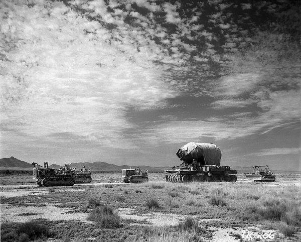 Pierwszą udaną próbę broni atomowej przeprowadzili w lipcu 1945 roku Amerykanie (na zdj. żołnierze przewożą część ekwipunku w ramach przygotowań do operacji Trinity, kontener Jumbo ostatecznie nie został wykorzystany w trakcie testu).