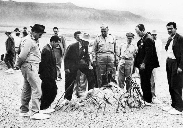 Robert Oppenheimer (w jasnym kapeluszu, pośrodku) wraz ze współpracownikami w miejscu wybuchu pierwszej na świecie bomby atomowej na pustyni w Nowym Meksyku.