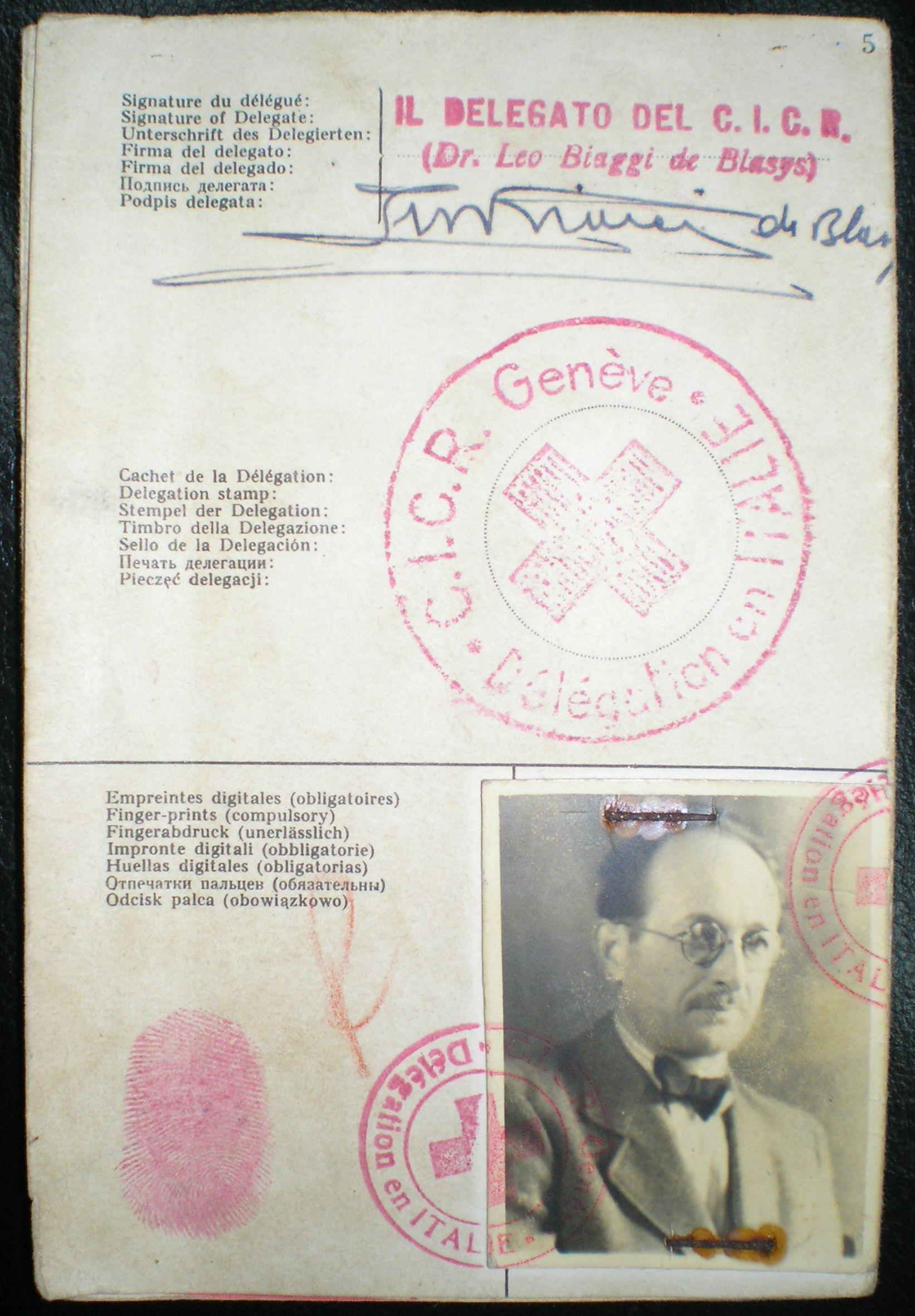 Do Argentyny zbiegł między innymi Adolf Eichmann. Na zdjęciu dokumenty wystawione zbrodniarzowi przez Czerwony Krzyż.