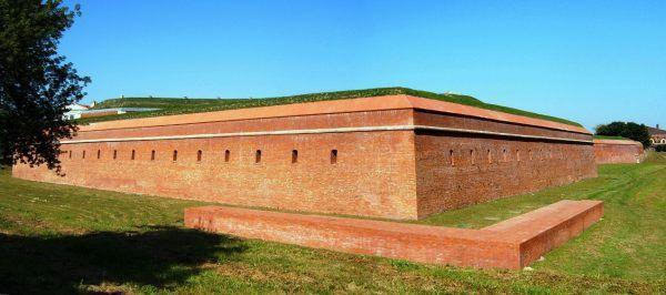 Zamość miał potężne fortyfikacje, czyniące z niego trudną do zdobycia twierdzę.