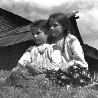 Dziewczynki w strojach regionalnych. Zdjęcie poglądowe (fot. domena publiczna).