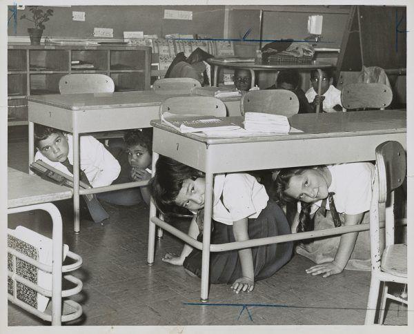 Amerykańskie dzieci przekonywano, że w razie wybuchu wojny atomowej wystarczy... schować się pod szkolną ławką.