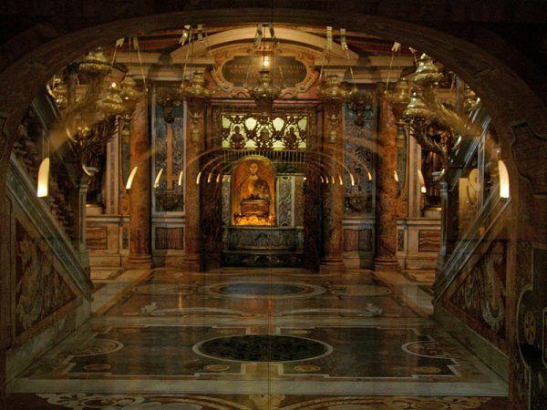 Domniemany grób świętego Piotra w Watykanie odwiedzają corocznie miliony wiernych.