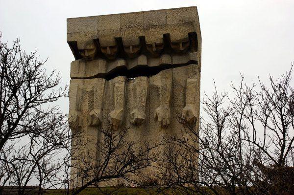 Pomnik Ofiar Obozu Koncentracyjnego w Płaszowie. Wiele z nich zginęło z rąk sadystycznego komendanta.