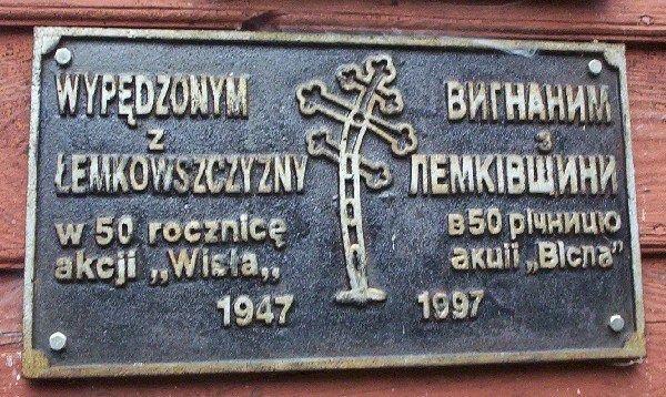 Tablica na kaplicy pod świętą górą Jawor - takich tablic spotkamy wiele na cerkwiach w Beskidzie Niskim (fot. Meteor2017, lic. GNU FDL)