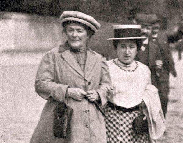 Luksemburg od dzieciństwa utykała. Na zdjęciu z feministką Klarą Zetkin (po lewej), 1910 rok.