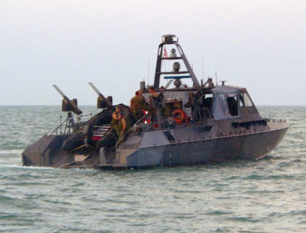 """Polscy komandosi wyruszali na łodziach szturmowych Mark V. Zdjęcie z książki Andrzeja Kruczyńskiego """"72 godziny""""."""