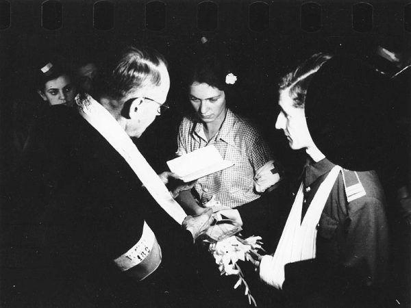 Alicja Treutler i Bolesław Biega stali się najsłynniejszą parą powtańczych nowożeńców - ich ślub uwiecznił na zdjęciach fotograf Eugeniusz Lokajski.