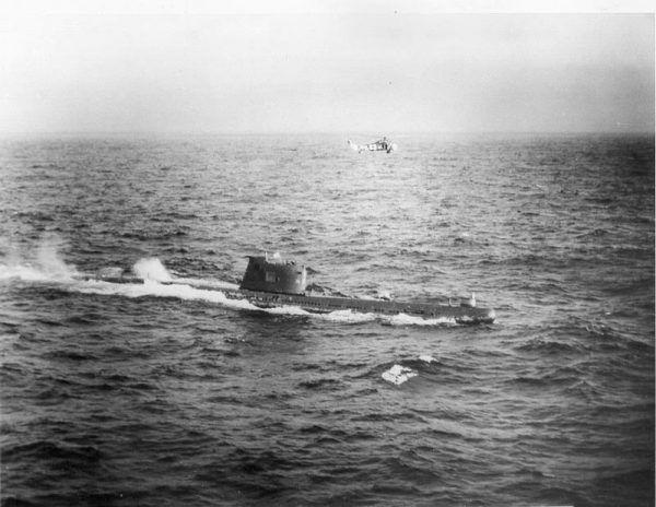 Radziecki okręt podwodny B-59 zmuszony do wynurzenia się 28 lub 29 października 1962 roku.