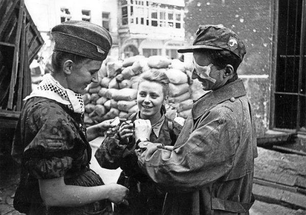 """""""Zojda"""" służyła w batalionie """"Parasol"""". Na zdjęciu inni żołnierze z jej zgrupowania."""